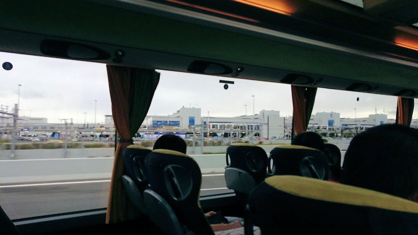 アテネ空港からバスに乗って移動する途中の風景