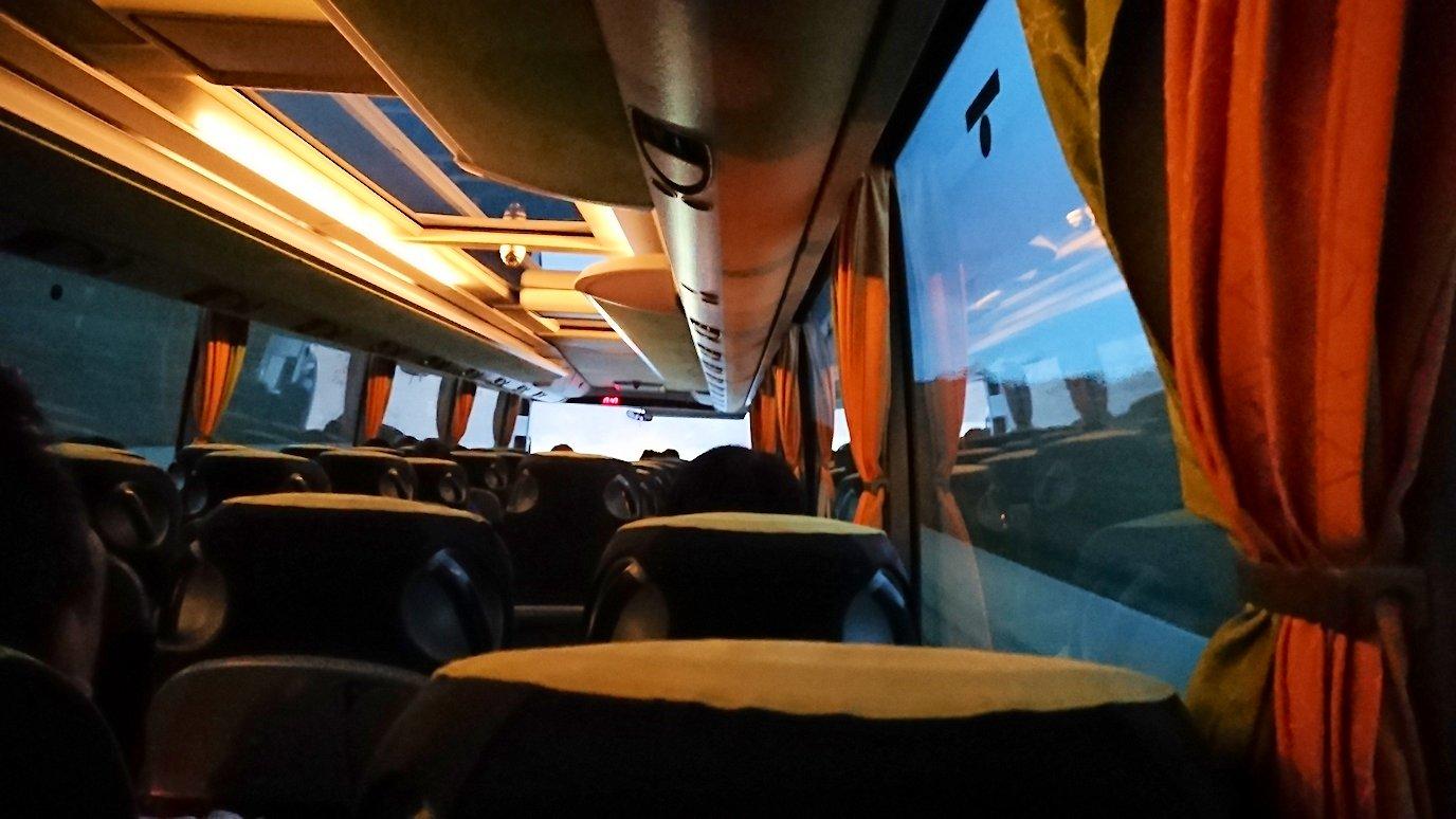 アテネ空港からバスに乗って移動する途中の暗くなった