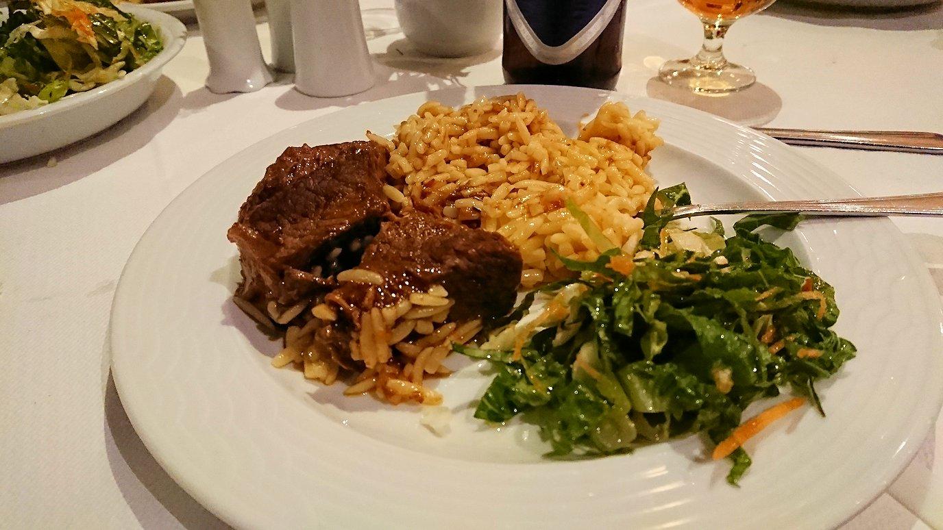 今晩宿泊するデルフィのホテル近くのレストランの食事を食べる3