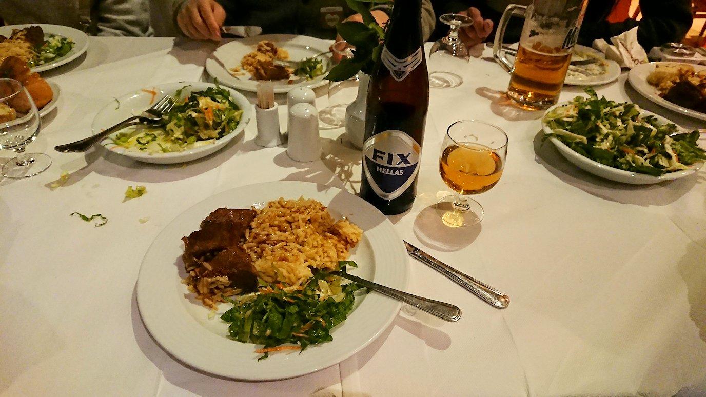 今晩宿泊するデルフィのホテル近くのレストランの食事を食べる4