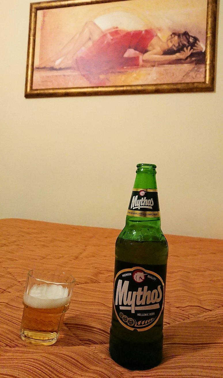 今晩宿泊するデルフィのホテルの部屋の絵前でビールを