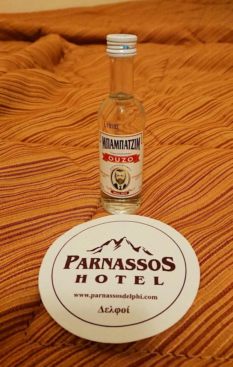 今晩宿泊するデルフィのホテルの部屋でウゾの写真を撮る
