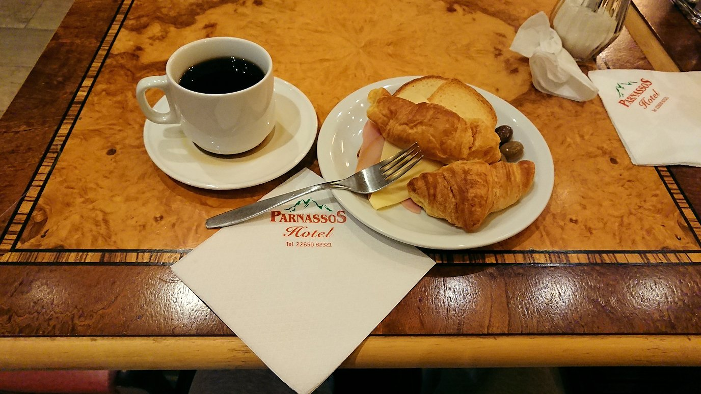 デルフィのホテルで迎えた朝の朝食会場の様子2