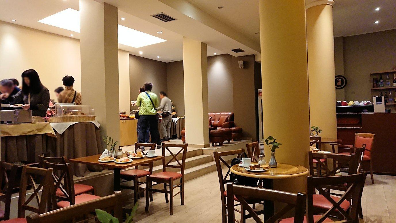 デルフィのホテルで迎えた朝の朝食会場の様子3