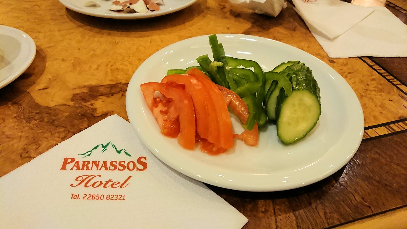 デルフィのホテルで迎えた朝の朝食会場の野菜
