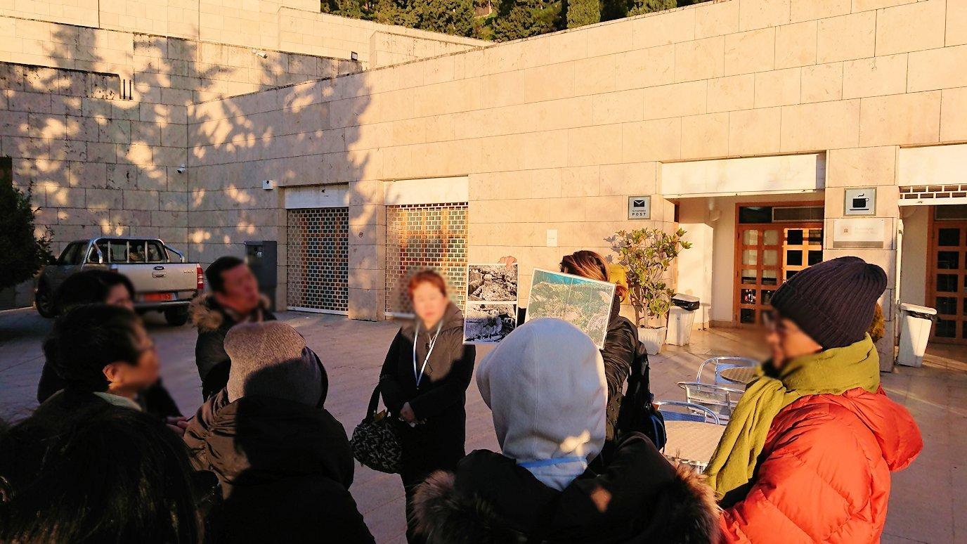 デルフィ遺跡前の博物館前で簡単なレクチャーを受ける