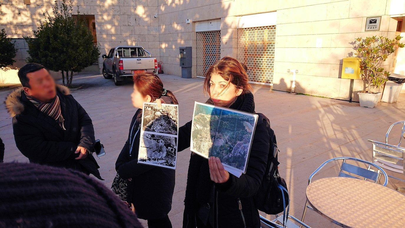 デルフィ遺跡前の博物館前で簡単なレクチャーを受ける3