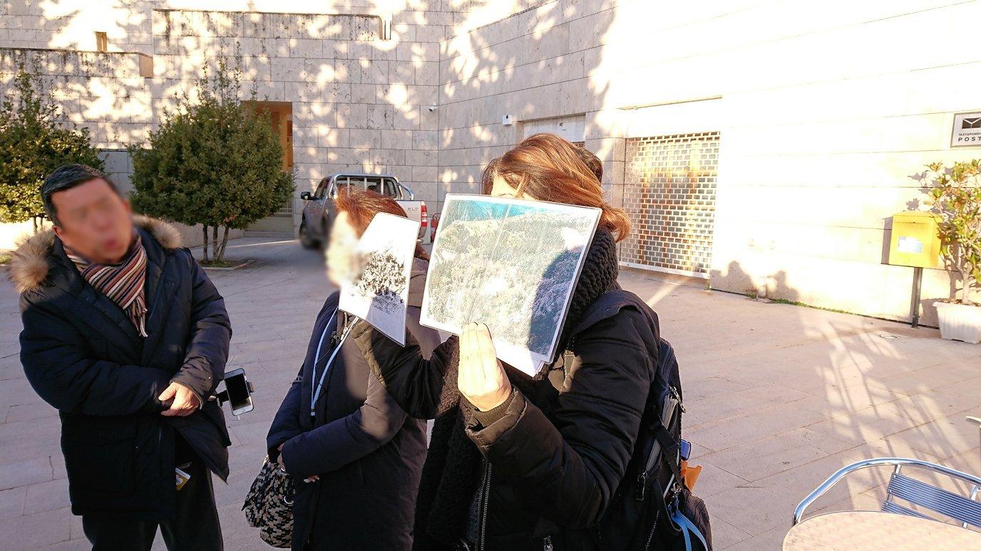 デルフィ遺跡前の博物館前で簡単なレクチャーを受ける4