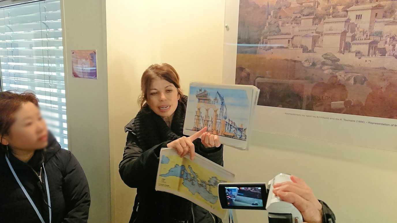 デルフィ遺跡の博物館内でガイドさんからレクチャーを受ける2