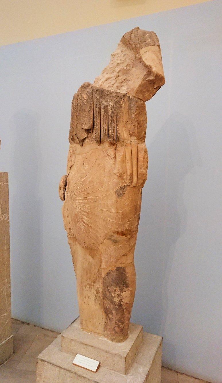 デルフィ遺跡の博物館内に展示されている像