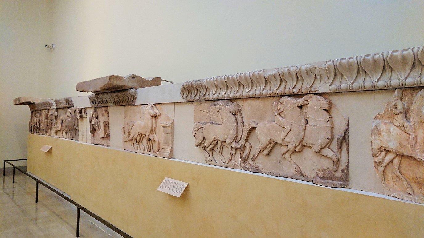 デルフィ遺跡の博物館内に展示されているレリーフ