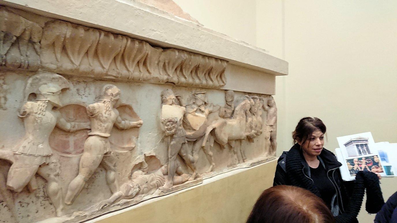 デルフィ遺跡の博物館内のレリーフを見ながら説明3