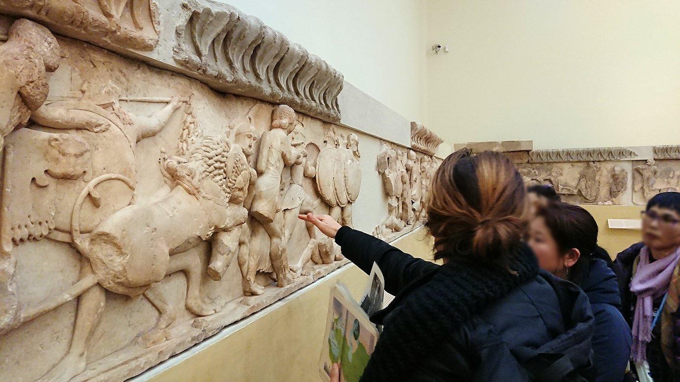 デルフィ遺跡の博物館内のレリーフを見ながら説明4