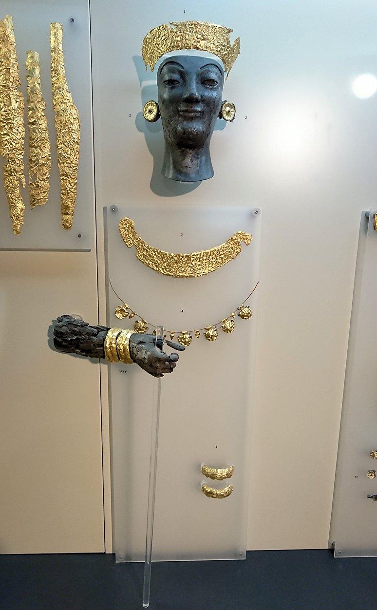 デルフィ遺跡の博物館内のアポロンの飾りブース2