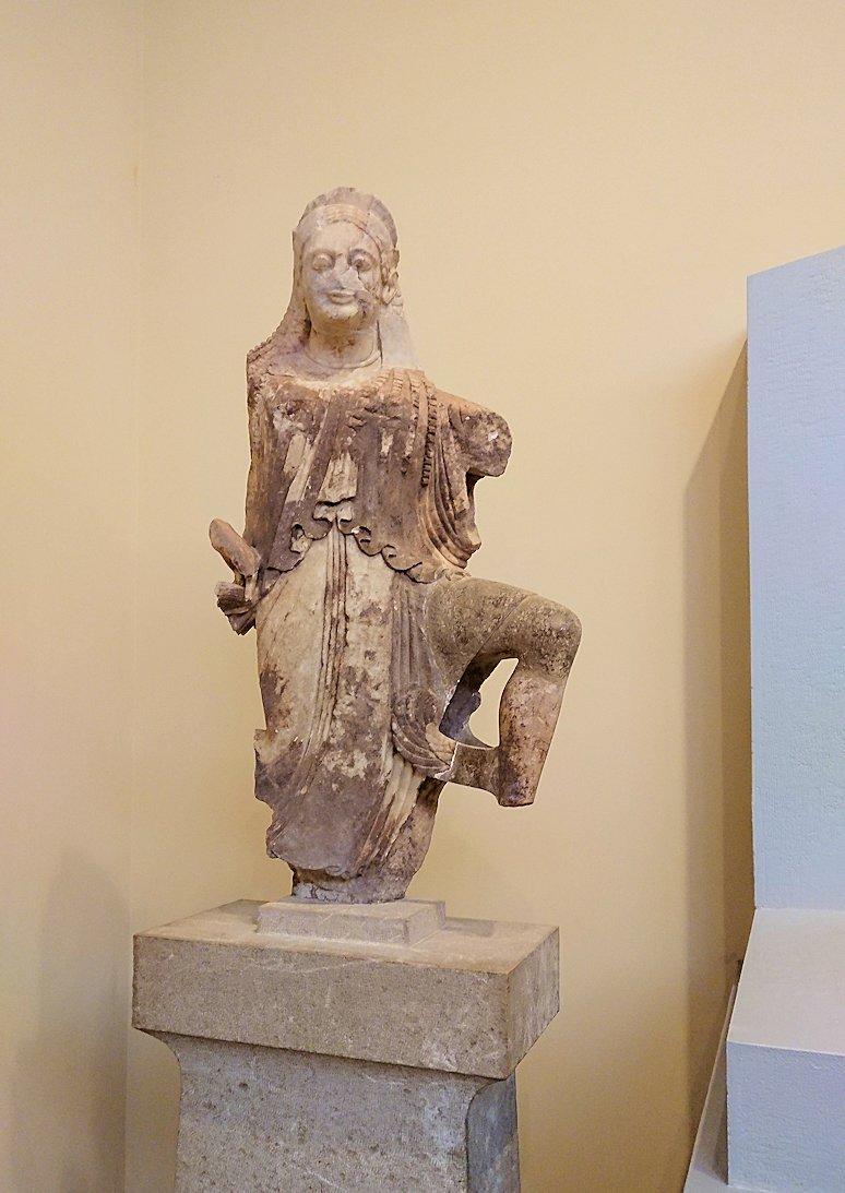 デルフィ遺跡の博物館内の少女の像