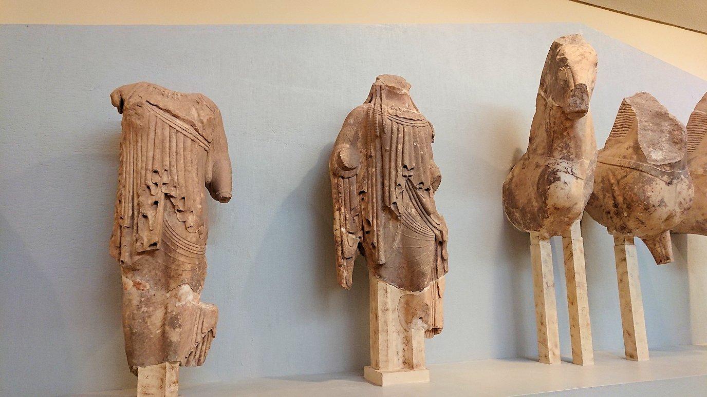デルフィ遺跡の博物館内の像達