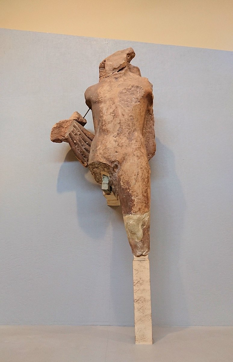デルフィ遺跡の博物館内の像達3