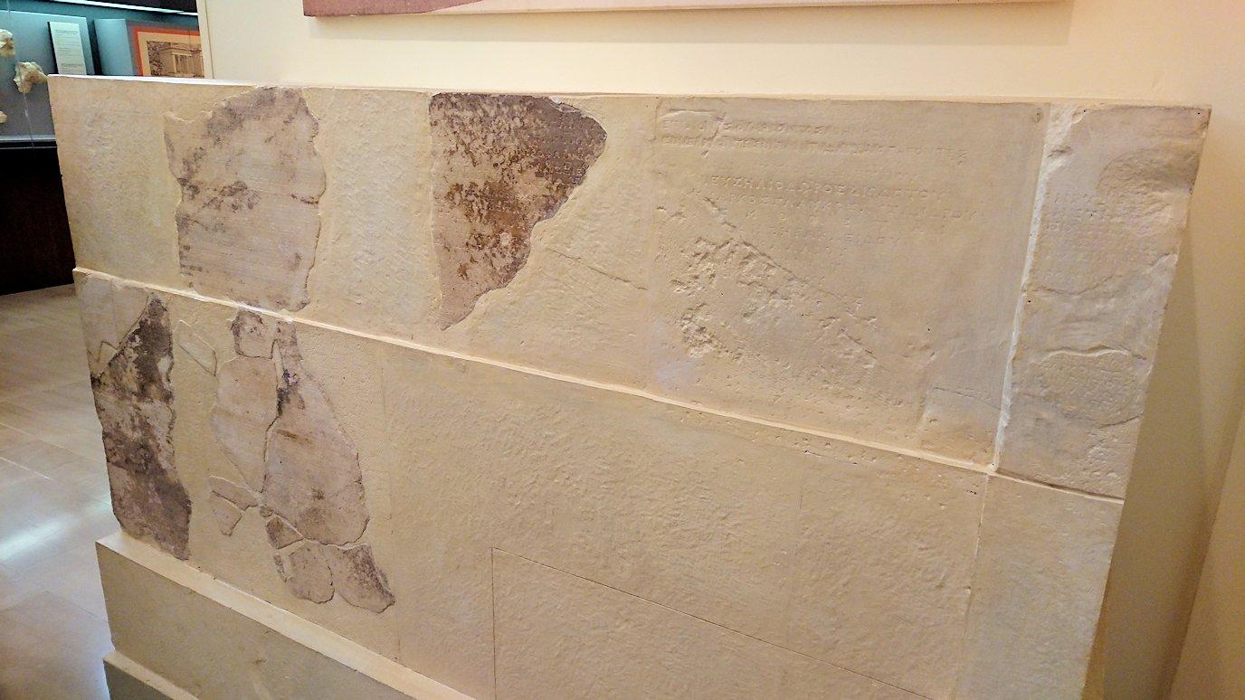 デルフィ遺跡の博物館内の模型4デルフィ遺跡の博物館内の文字レリーフ