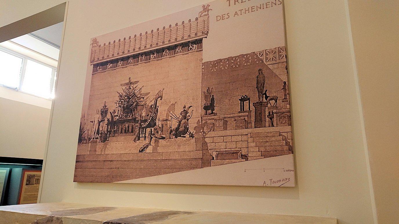 デルフィ遺跡の博物館内の模型4デルフィ遺跡の博物館内の文字レリーフ2