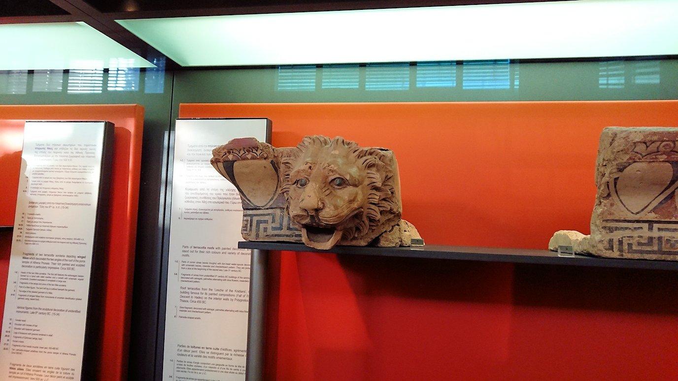 デルフィ遺跡の博物館内の模型4デルフィ遺跡の博物館内の壁のレリーフ2