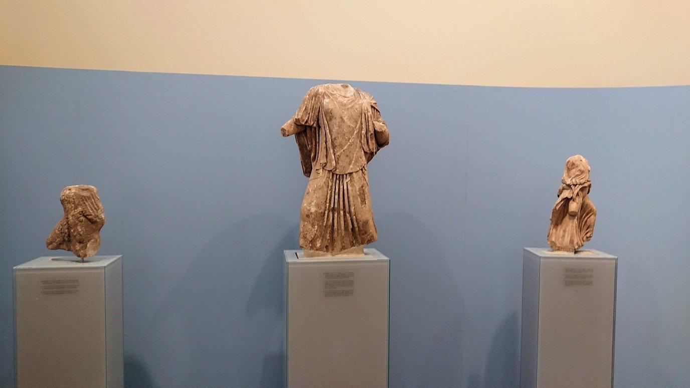 デルフィ遺跡の博物館内の模型4デルフィ遺跡の博物館内の無残な像