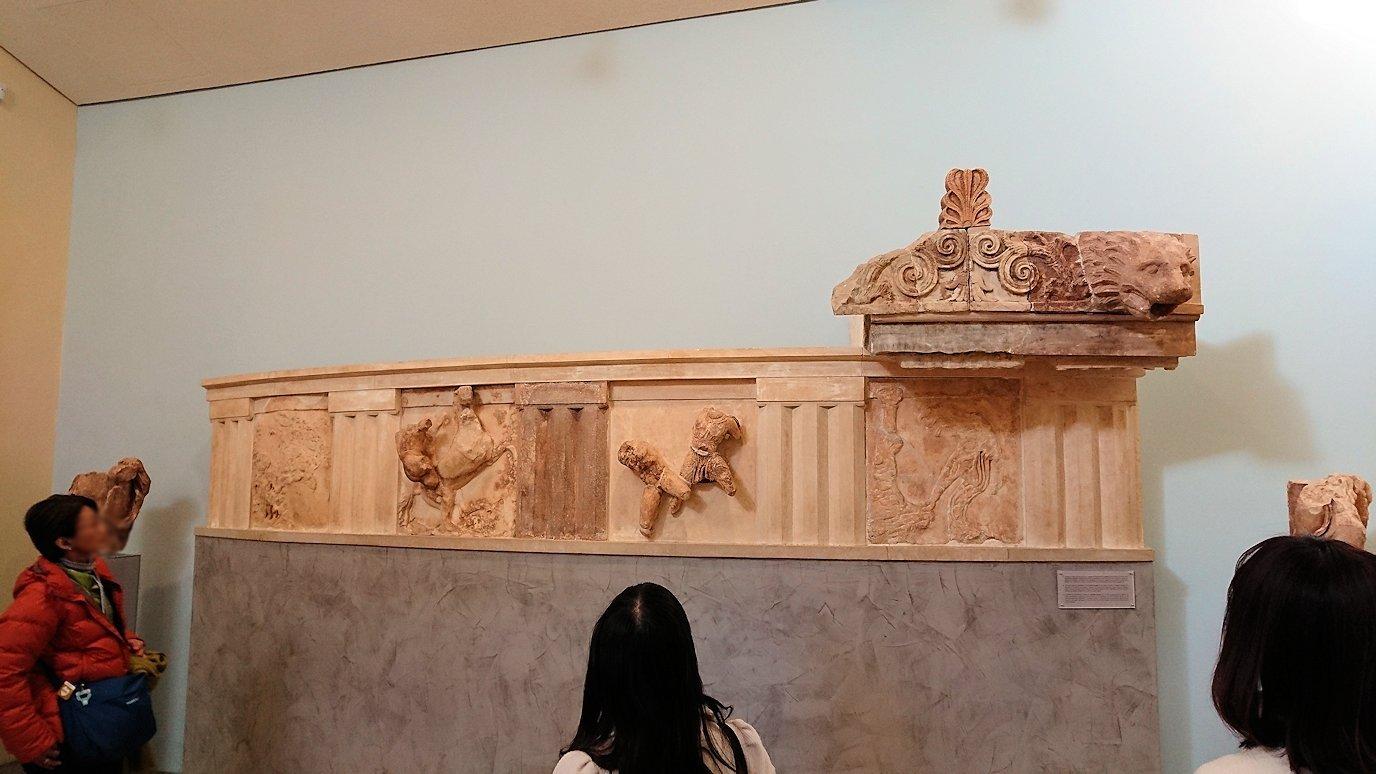 デルフィ遺跡の博物館内の模型4デルフィ遺跡の博物館内の無残な像2