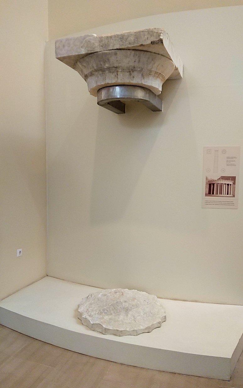 デルフィ遺跡の博物館内の模型4デルフィ遺跡の博物館内の無残な像3