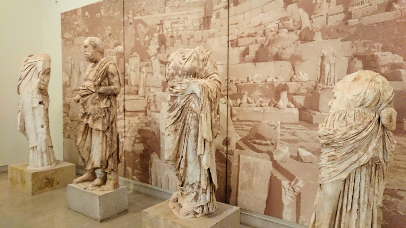 デルフィ遺跡の博物館内の模型4デルフィ遺跡の博物館内でまた像群