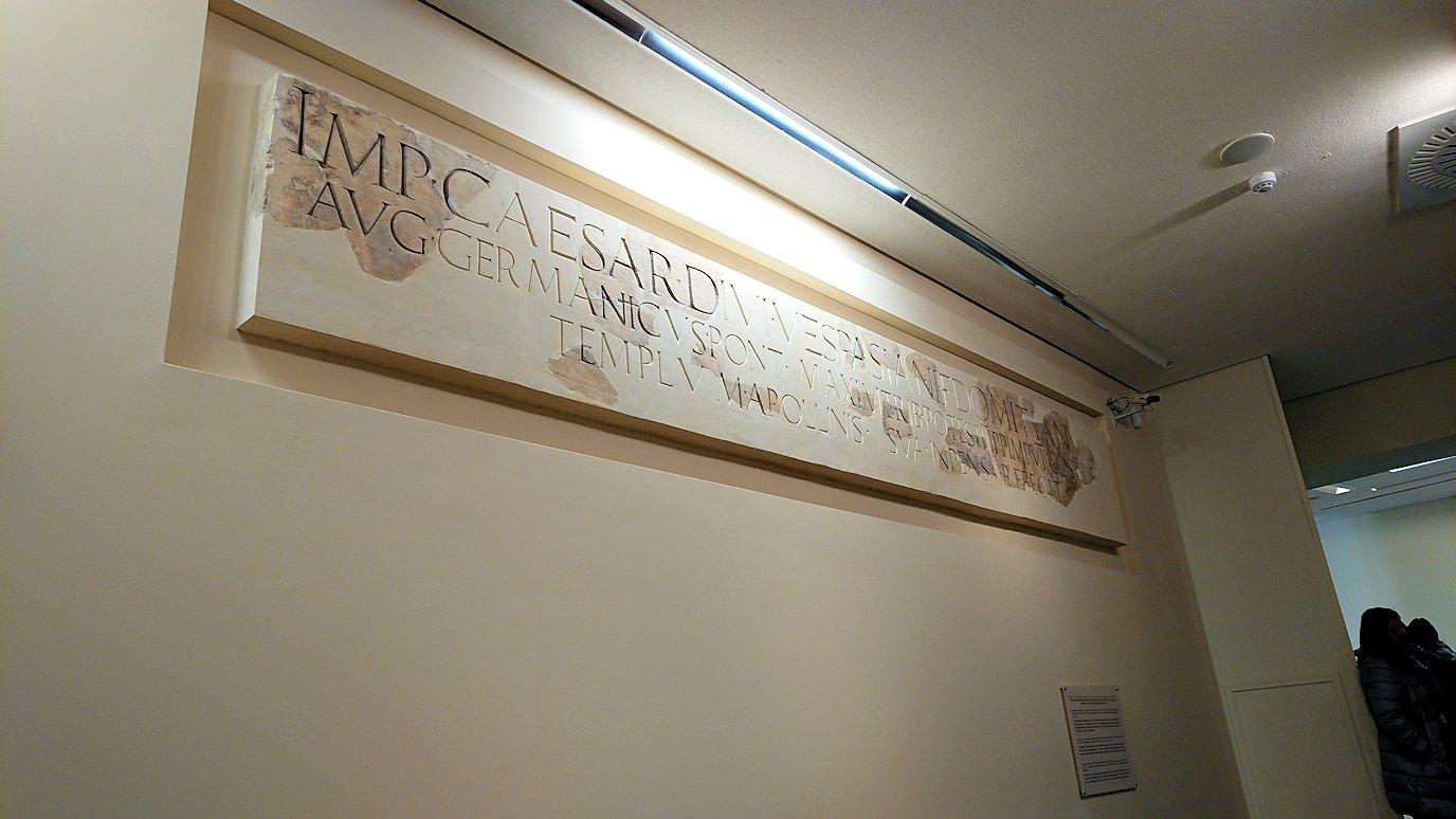 デルフィ遺跡の博物館内の模型4デルフィ遺跡の博物館内での壁の文字