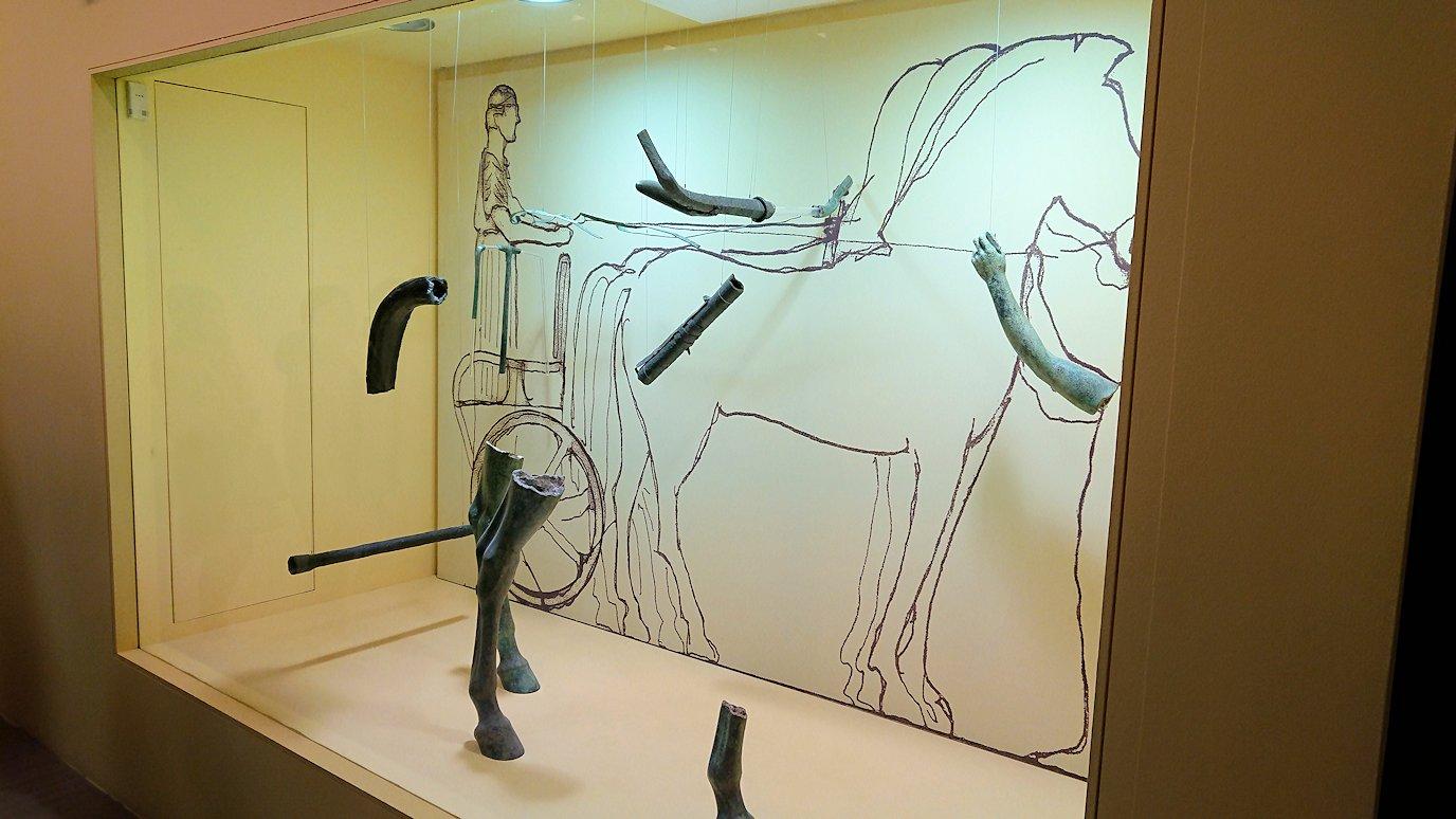 デルフィ遺跡の博物館内の模型4デルフィ遺跡の博物館内でデルフィの御者像の残り