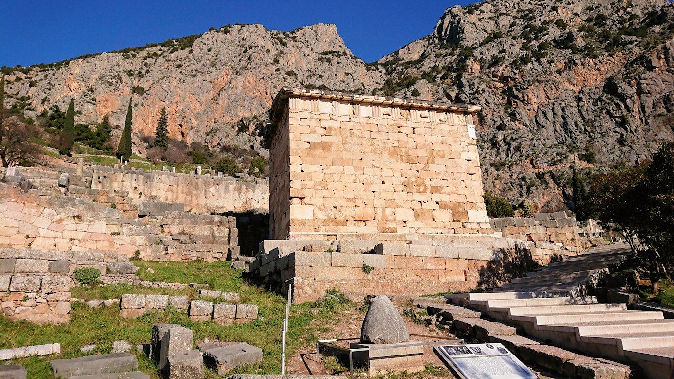 デルフィ遺跡でアテネ人の宝物庫が見える
