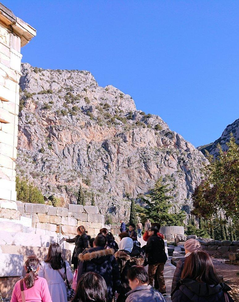 デルフィ遺跡でアテネ人の宝物庫から見た山