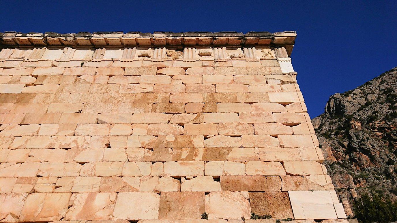 デルフィ遺跡でアテネ人の宝物庫の壁