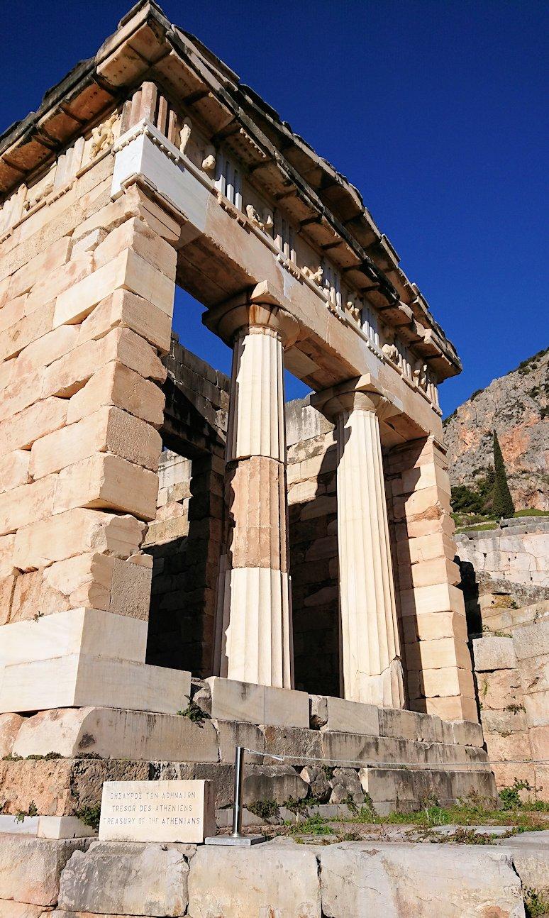デルフィ遺跡でアテネ人の宝物庫の正面を見る