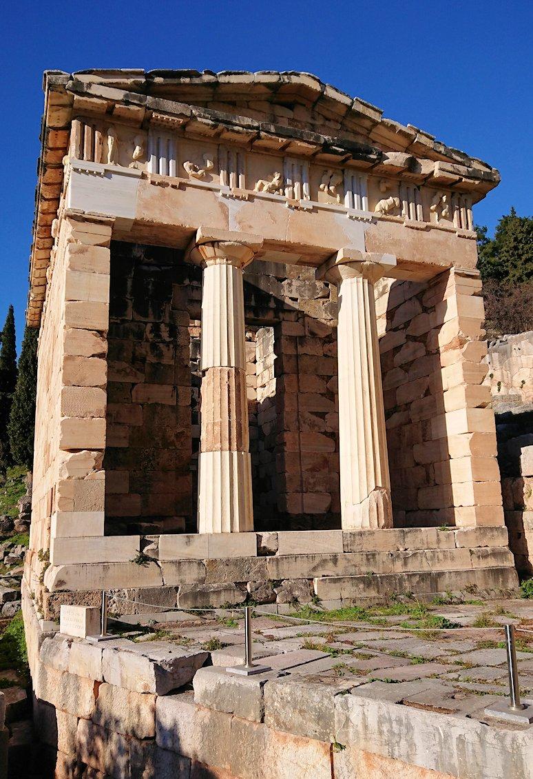 デルフィ遺跡でアテネ人の宝物庫の正面を見る2