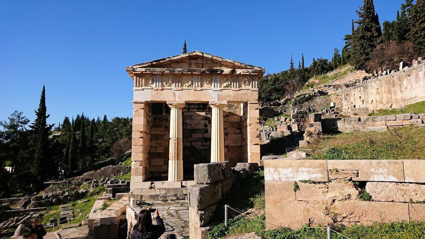 デルフィ遺跡でアテネ人の宝物庫の正面を見る3