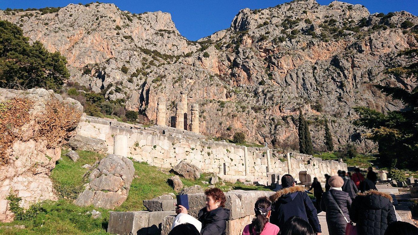 デルフィ遺跡でアテネ人の宝物庫の正面を見る4
