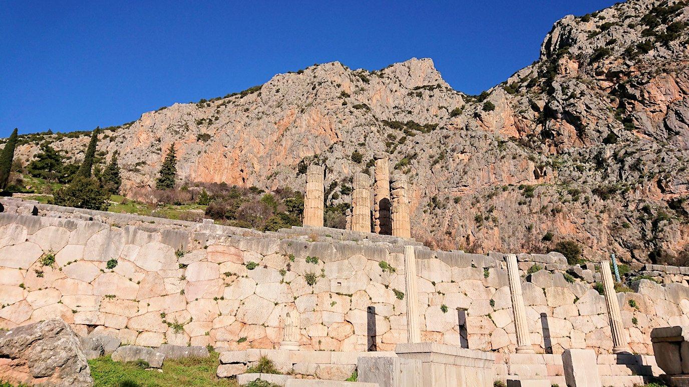 デルフィ遺跡でアポロン神殿を見上げる
