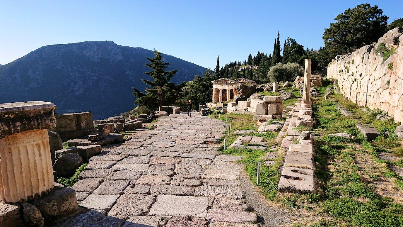 デルフィ遺跡でアポロン神殿までの途中