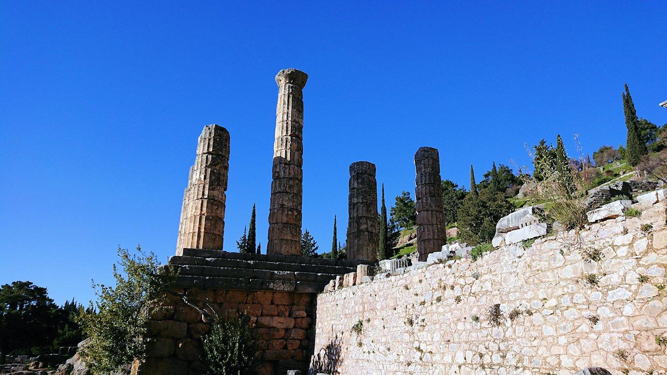 デルフィ遺跡でアポロン神殿までの途中4