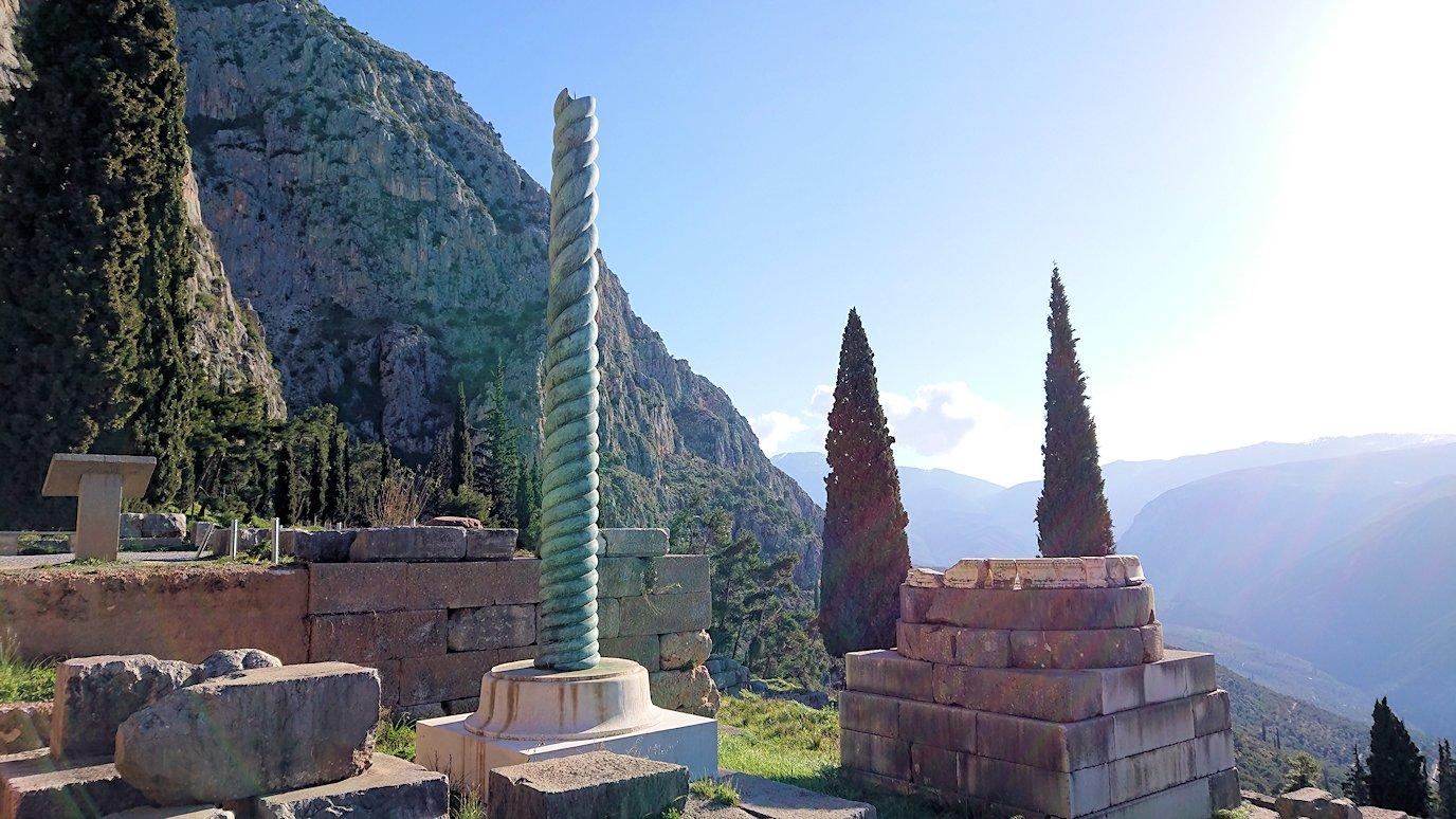 デルフィ遺跡で蛇の柱が見える2