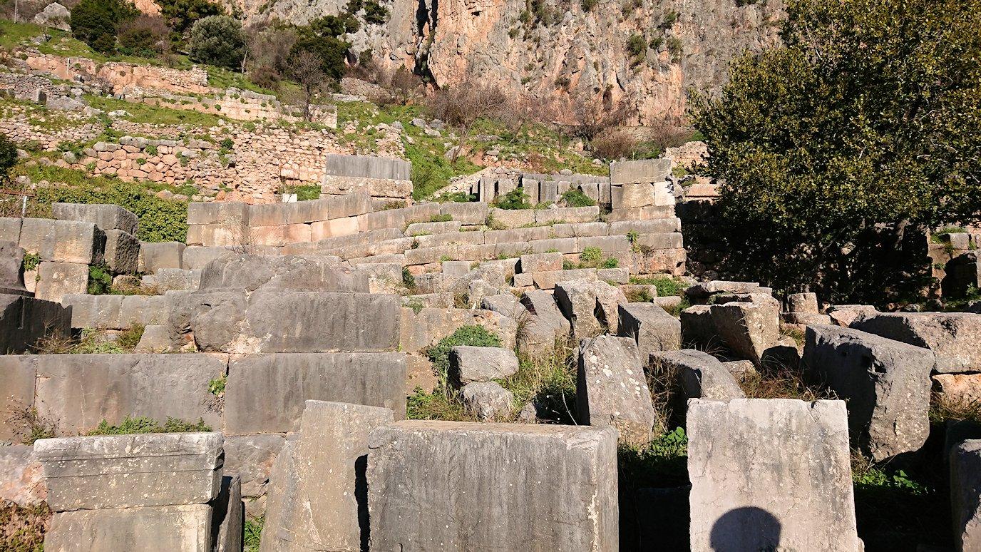 デルフィ遺跡で蛇の柱が見える3