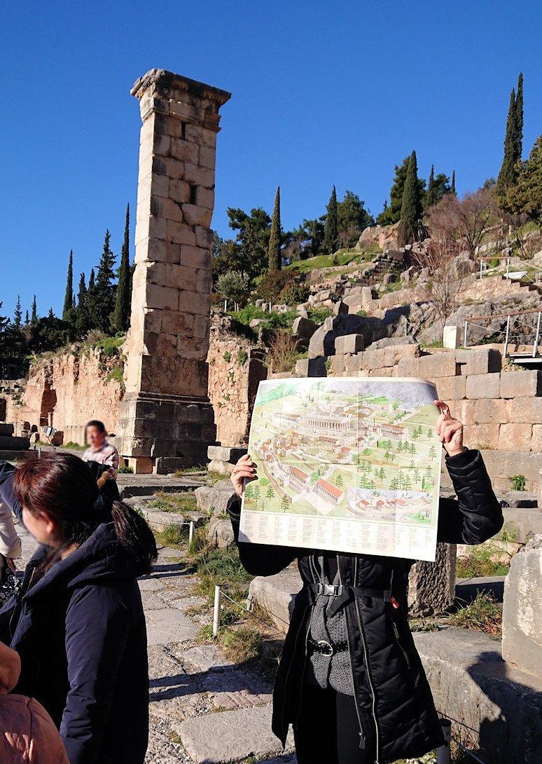 デルフィ遺跡でアポロ神殿前で説明が