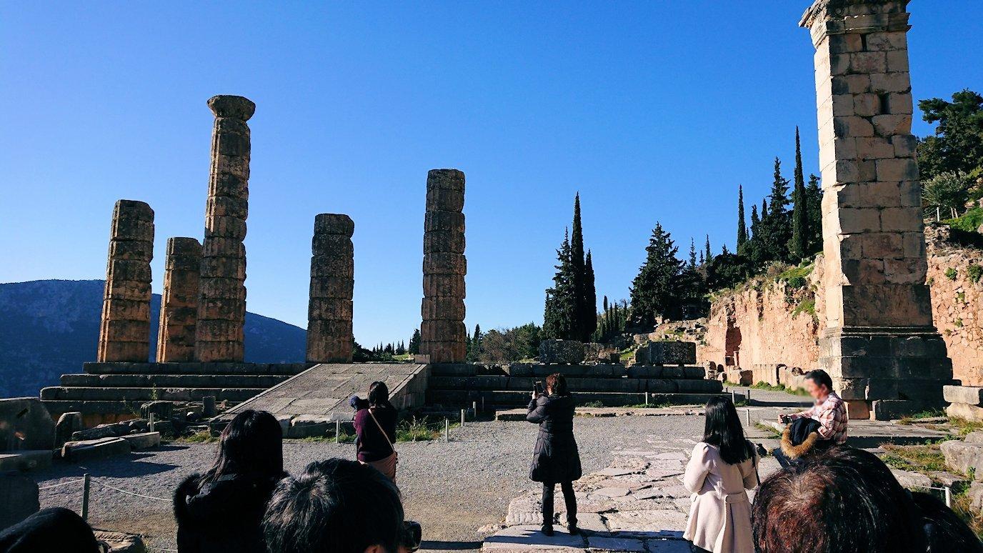 デルフィ遺跡でアポロ神殿前で説明が2