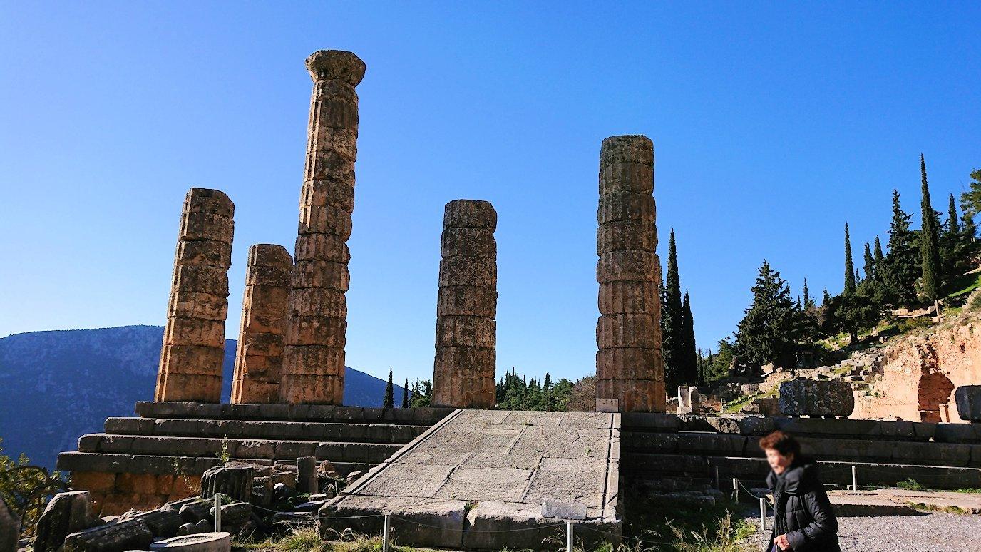 デルフィ遺跡でアポロ神殿に到着し記念撮影