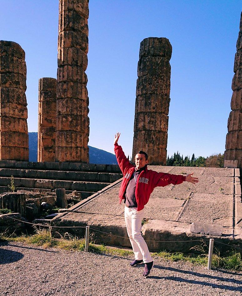 デルフィ遺跡でアポロ神殿に到着し記念撮影2