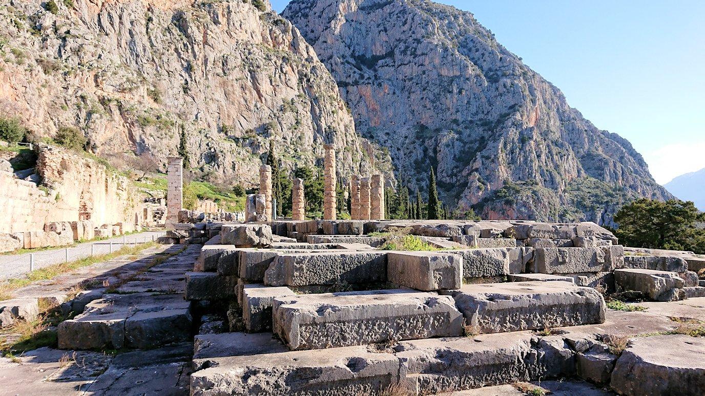 デルフィ遺跡でアポロ神殿に到着し記念撮影3