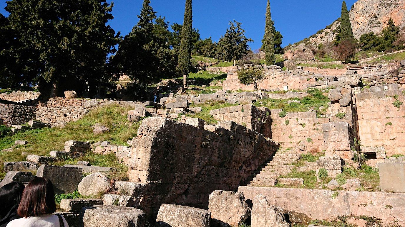 デルフィ遺跡でアポロ神殿からまたまた登ります