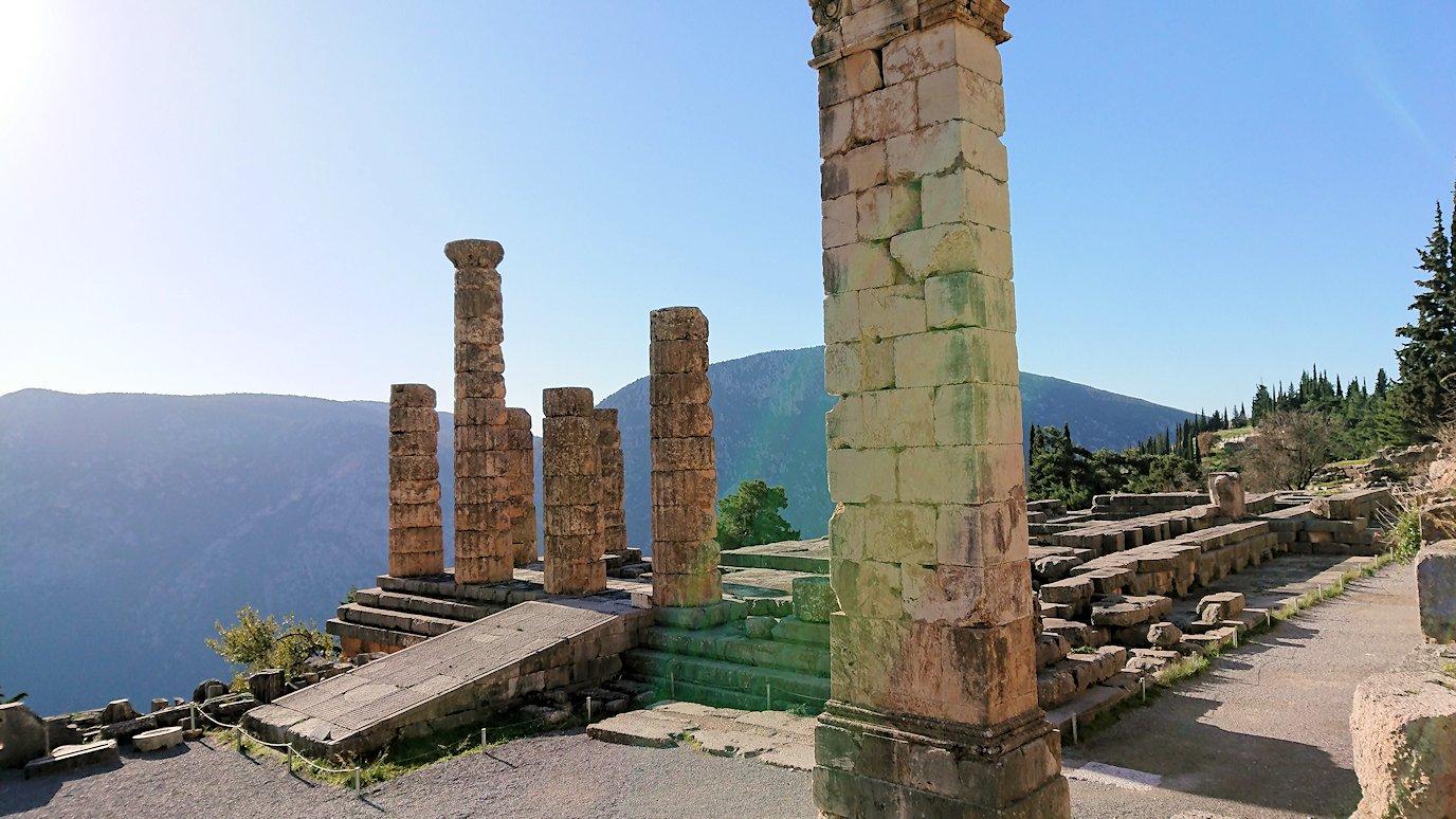 デルフィ遺跡で再びアポロン神殿の写真を撮る2