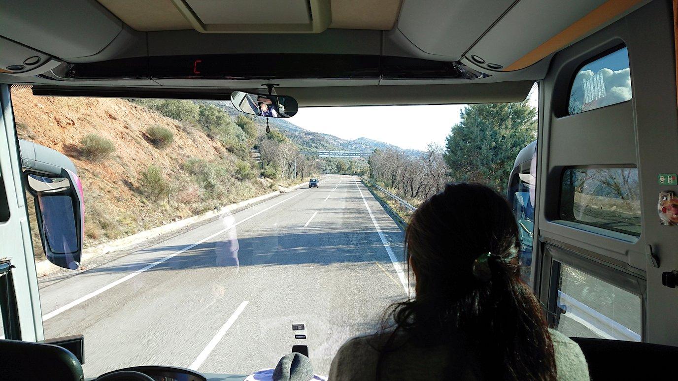 デルフィ遺跡を後にするバスの車内から